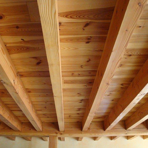 plafond poutre cool plafond bois avec poutres apparentes et ambiance rustique duune maison. Black Bedroom Furniture Sets. Home Design Ideas